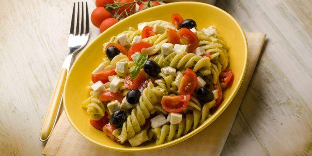 Салат с макаронами, помидором, оливками, моцареллой и горчичной заправкой