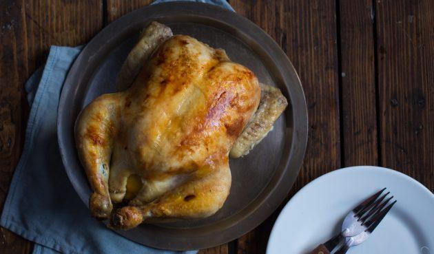 Курица, запечённая в духовке с лимоном, луком и чесноком