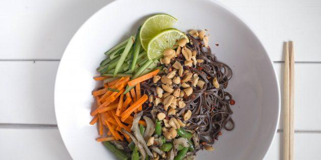 Гречневая лапша с овощами, вёшенками и арахисом