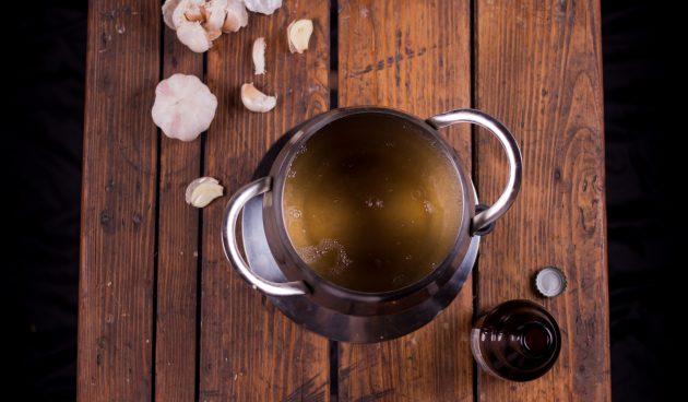 Как приготовить сырное фондю: потрите стенки фондюшницы срезом чеснока и влейте алкоголь