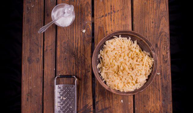 Как приготовить сырное фондю: натрите сыр и смешайте его с крахмалом