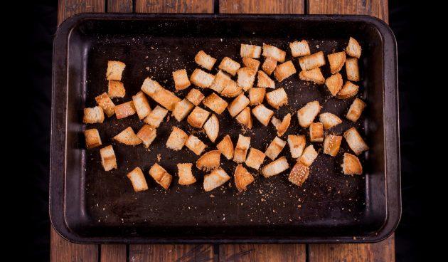Как приготовить сырное фондю: подсушите хлеб в духовке
