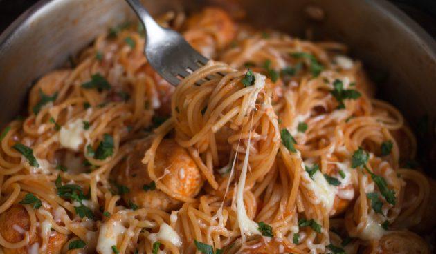 Спагетти с тефтелями и соусом в одной посуде