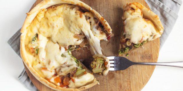 Перевёрнутая пицца с грибами, сыром и брокколи