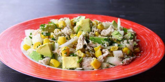 Диетические блюда: салат из курицы с авокадо и кукурузой