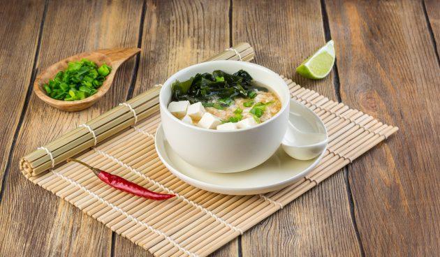 Японский суп тянконабэ с шиитаке, сыром тофу и мясными шариками