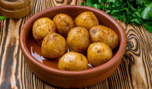 Запечённый картофель в микроволновке