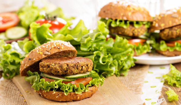 Вегетарианский бургер с картофельно-ореховой котлетой