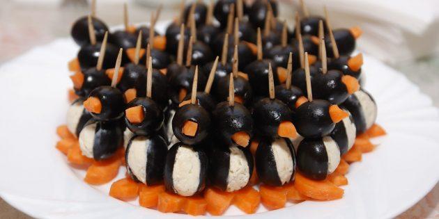 Вкусные закуски на праздничный стол: Пингвины из маслин и сливочного сыра