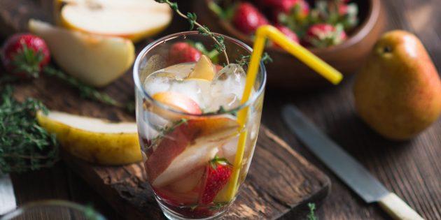 Сангрия с грушей, ягодами и мускатным вином