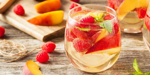 Фруктовая сангрия с персиком и лимонадом