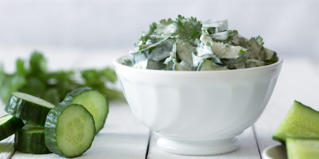 Диетический салат из огурца с мятой и кефирной заправкой: простой рецепт