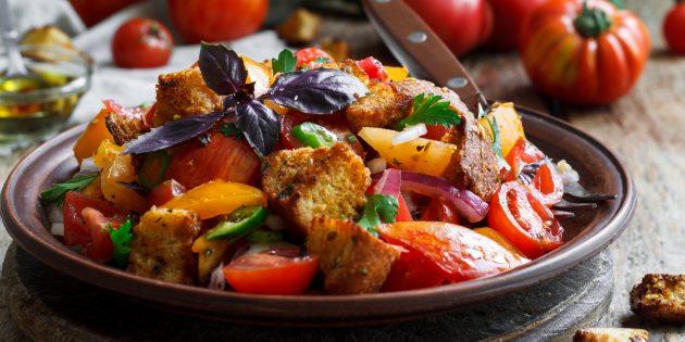 Панцанелла с помидорами, огурцом, болгарским перцем и каперсами