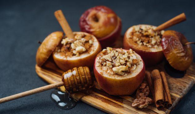 Яблоки, запечённые с мёдом, орехами и изюмом