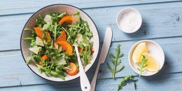 Салат с хурмой, миндалём и пармезаном