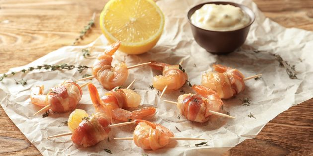 Лучшие закуски на праздничный стол: острые креветки в беконе