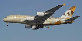Видео дня: посадка огромного самолёта Airbus A380 во время шторма