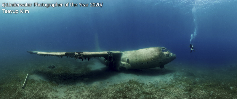 обломки самолёта под водой