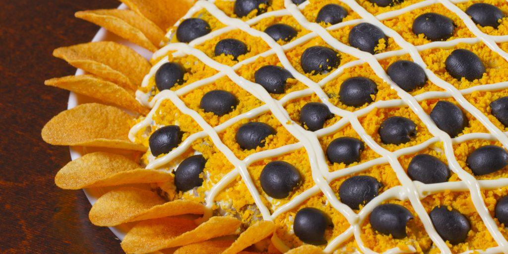 Салат Подсолнух с чипсами: классические и очень вкусные рецепты
