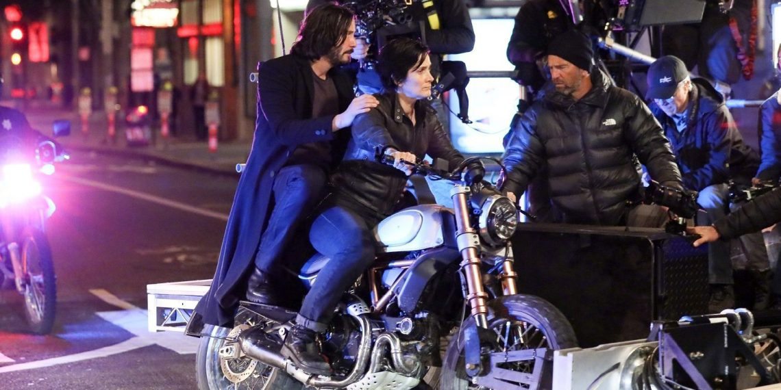 Опубликованы фотографии Нео и Тринити на мотоцикле со съёмок «Матрицы 4». Интернет в восторге