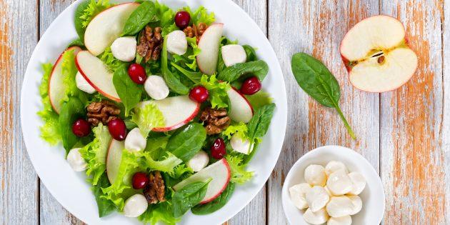 Простой рецепт салата с моцареллой, яблоками и клюквой