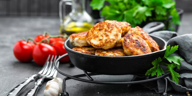 Рубленые куриные котлеты с хлебом в духовке: простой рецепт
