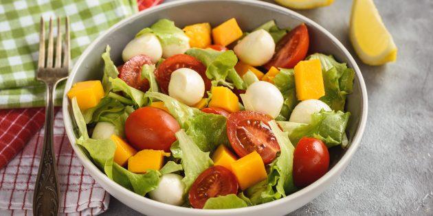 Салат с моцареллой и манго
