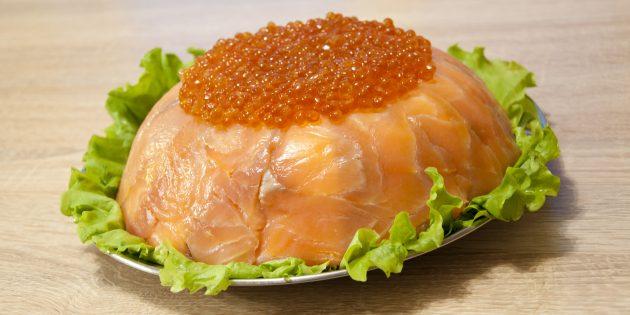 Праздничный салат с красной рыбой и креветками: простой рецепт
