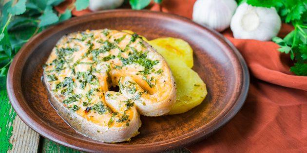 Стейки форели в духовке с картошкой: простой рецепт