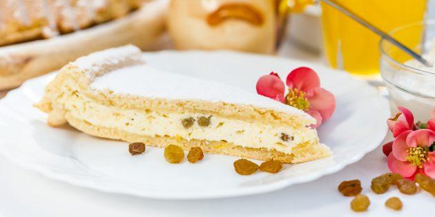 Творожный пирог с манкой и изюмом