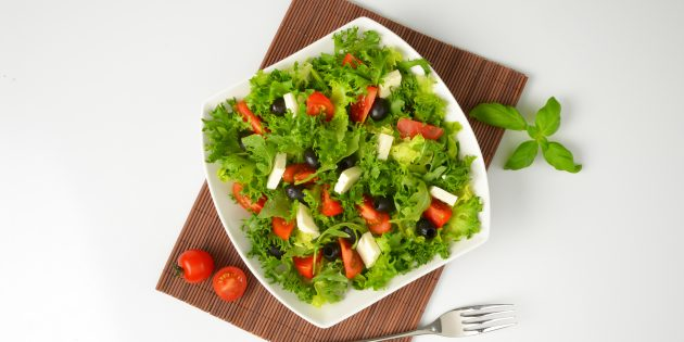 Праздничный салат с фетой и помидорами: простой рецепт