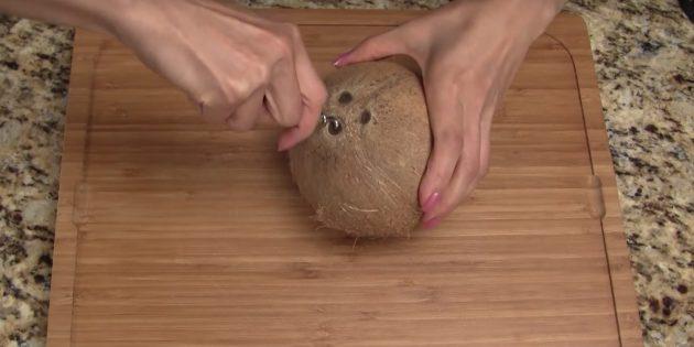Как расколоть кокос: проколите глазок