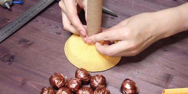 Как сделать букет из конфет своими руками: обклейте заготовку