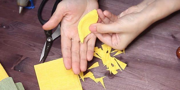 Как сделать букет из конфет своими руками: вырежьте лепестки