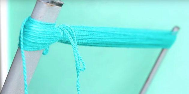 Как делать помпон: перевяжите нитки в одном месте
