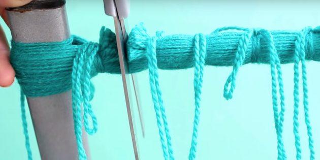 Как делать помпон: разрежьте нитки