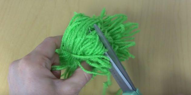 Как сделать помпон: разрежьте нитки с другой стороны