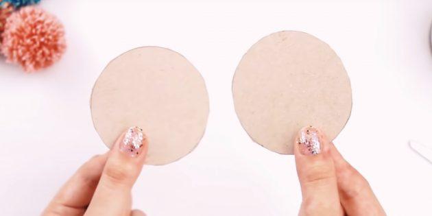 Как сделать помпон: вырежьте круги