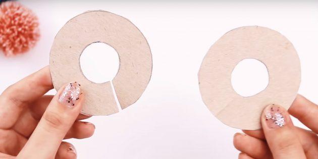 Как сделать помпон: вырежьте круги в центре
