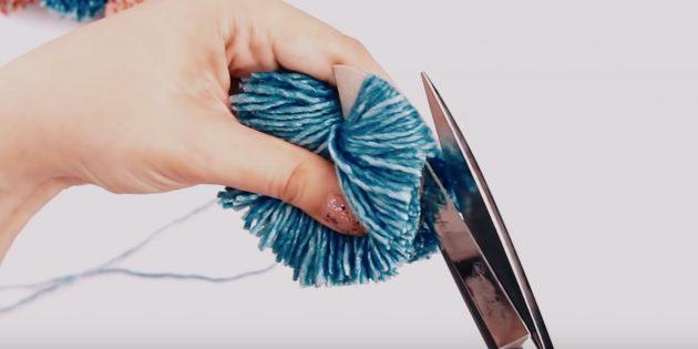 Как сделать помпон: разрежьте нитки