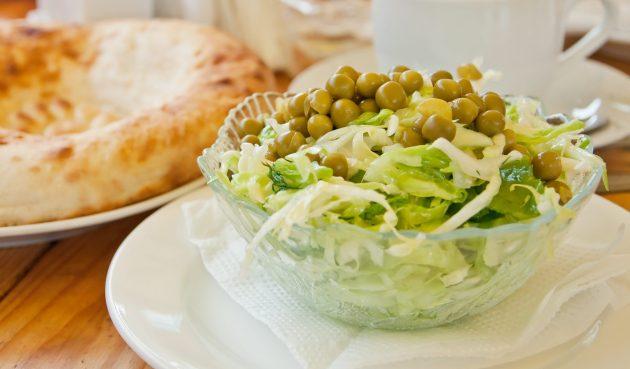 Постный салат с пекинской капустой, огурцами и горошком