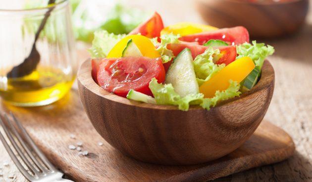 Салат с помидорами, огурцами и болгарским перцем