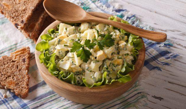 Простой салат с яйцами и зелёным луком