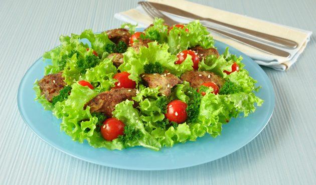 Салат с куриной печенью, корнем сельдерея и помидорами