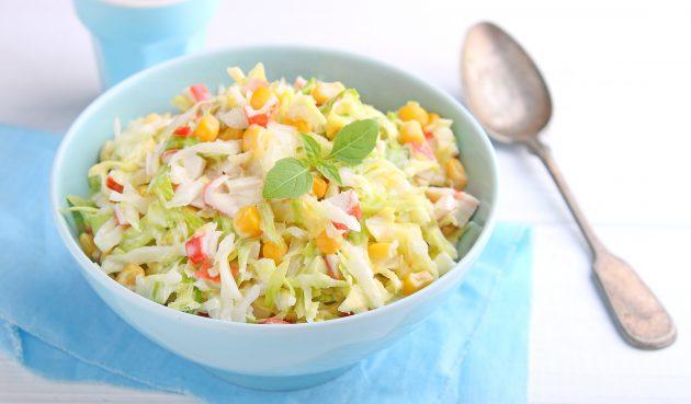 Крабовый салат с капустой, кукурузой и яйцами