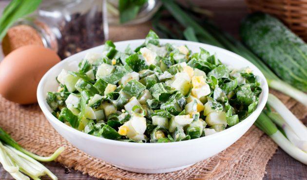 Салат с яйцами, огурцами и зелёным луком