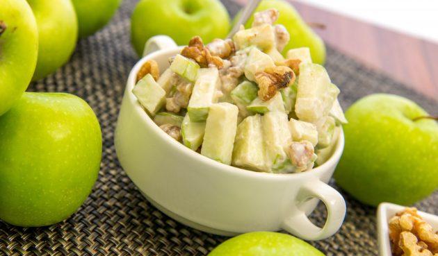 Салат с яблоком, грецкими орехами и мёдом