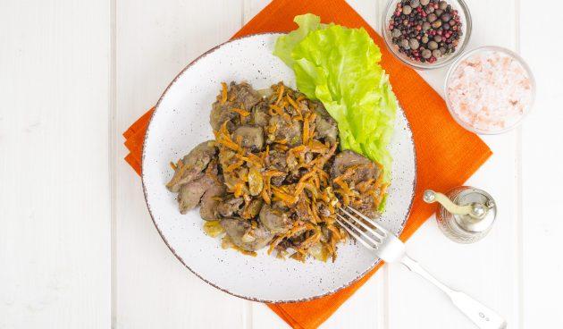 Тушёная куриная печень с овощами и майонезом