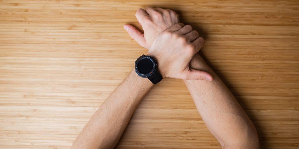Часы Amazfit T-Rex на руке