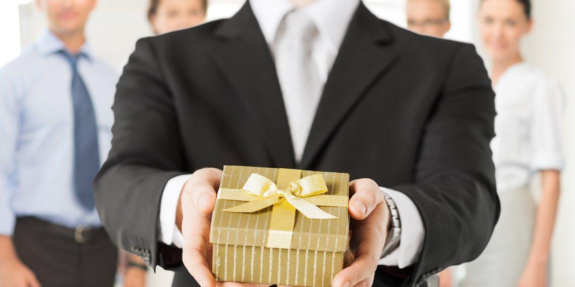Поздравляете ли вы коллег с 23 Февраля и 8 Марта?